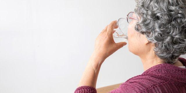 高齢者の水分摂取量の理想と現実!工夫して飲むコツ